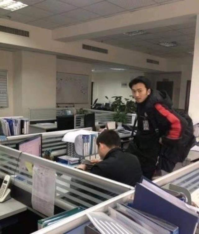 鸡蛋灌饼摊主酷似周杰伦,网友:这下灌饼不愁卖了 明星 网红 最新台湾娱乐新闻  第9张