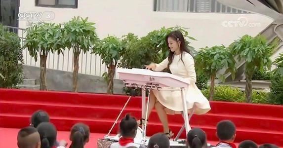 玖月奇迹王小玮离婚后首现身,一袭白裙状态好