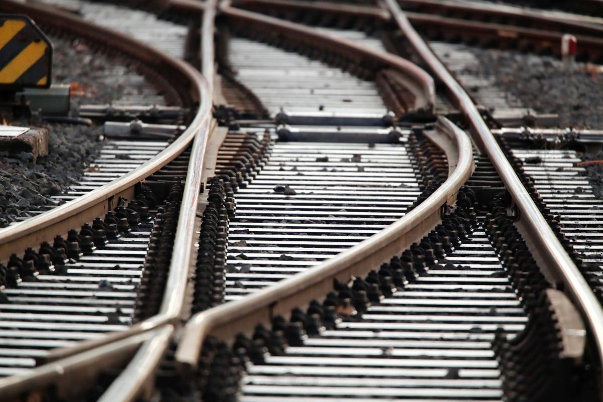 Мотоциклист попал под локомотив пассажирского поезда / фото REUTERS