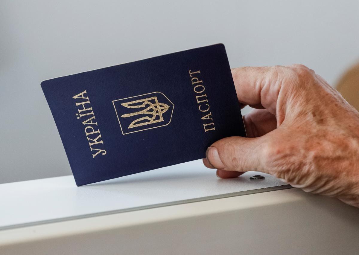На четвертому році незалежності українці почали отримувати паспорт громадянина України / Ілюстрація REUTERS