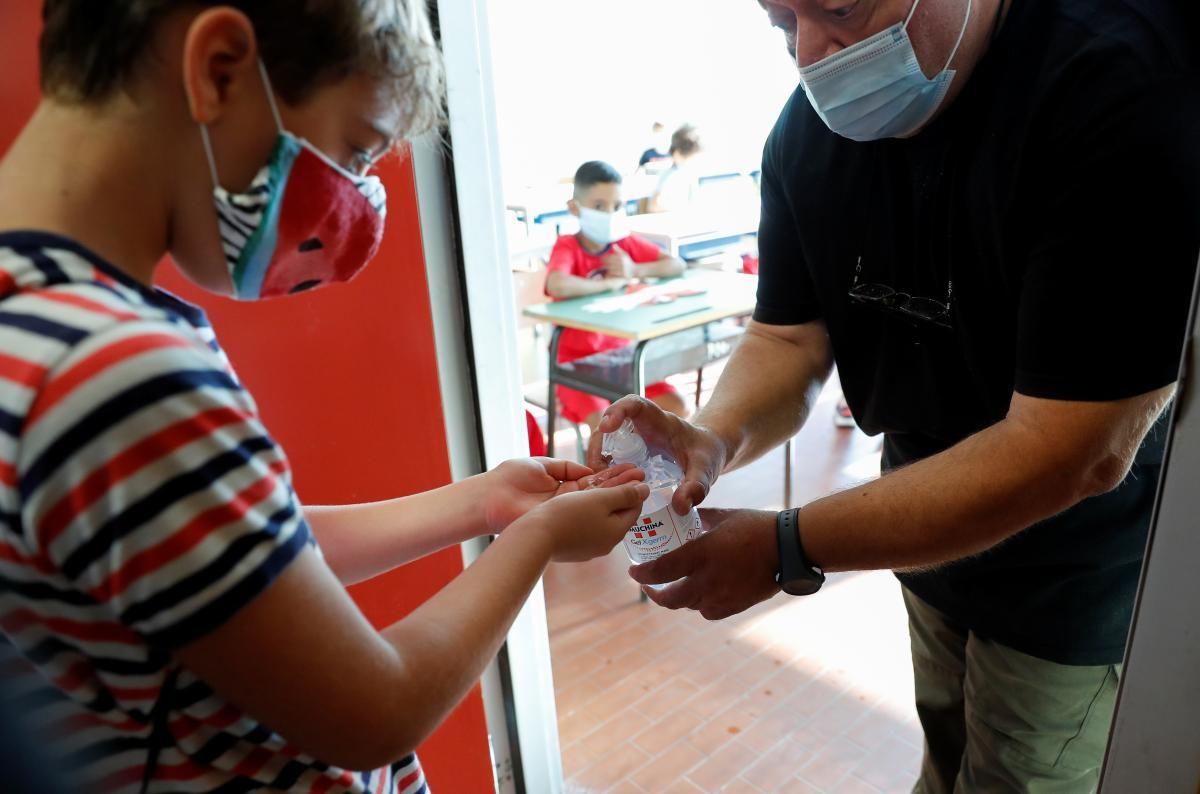 Зафиксирован 301 случай заболевания COVID среди педагогов и учеников \ фото REUTERS