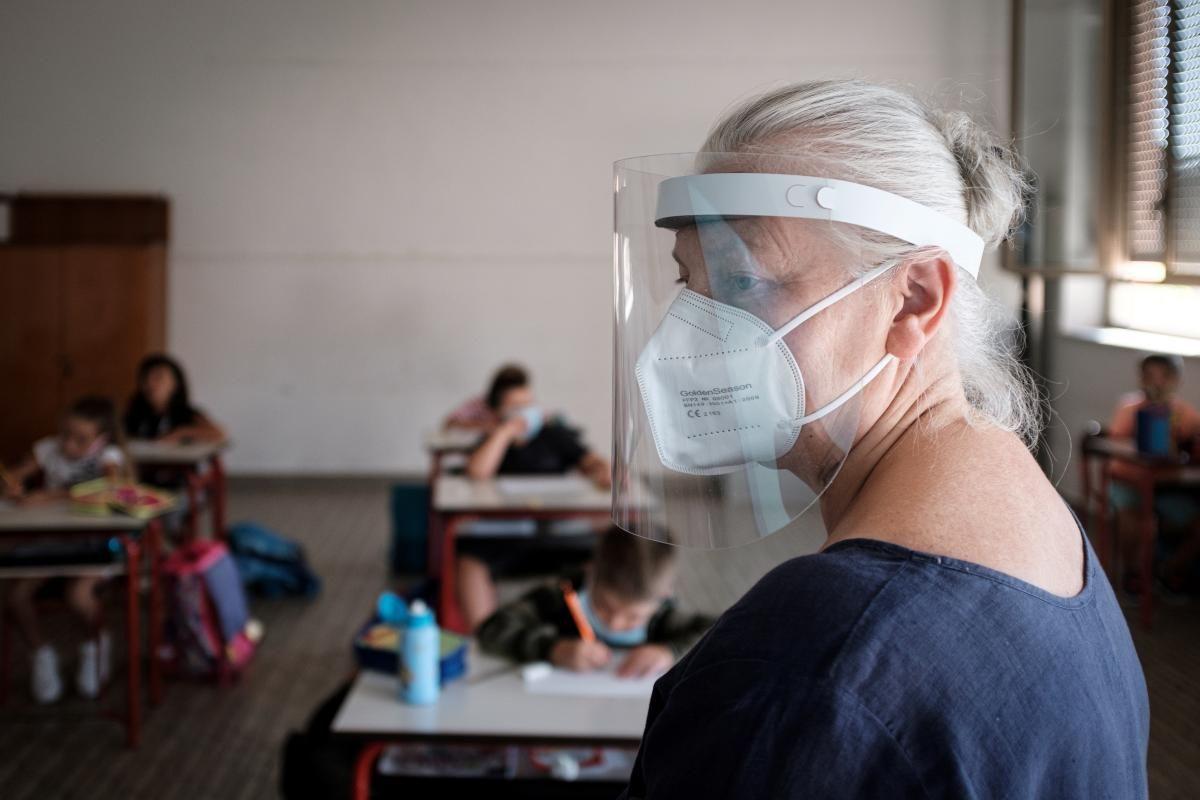 Масове щеплення працівників закладів освіти розпочнеться за тиждень / фото REUTERS