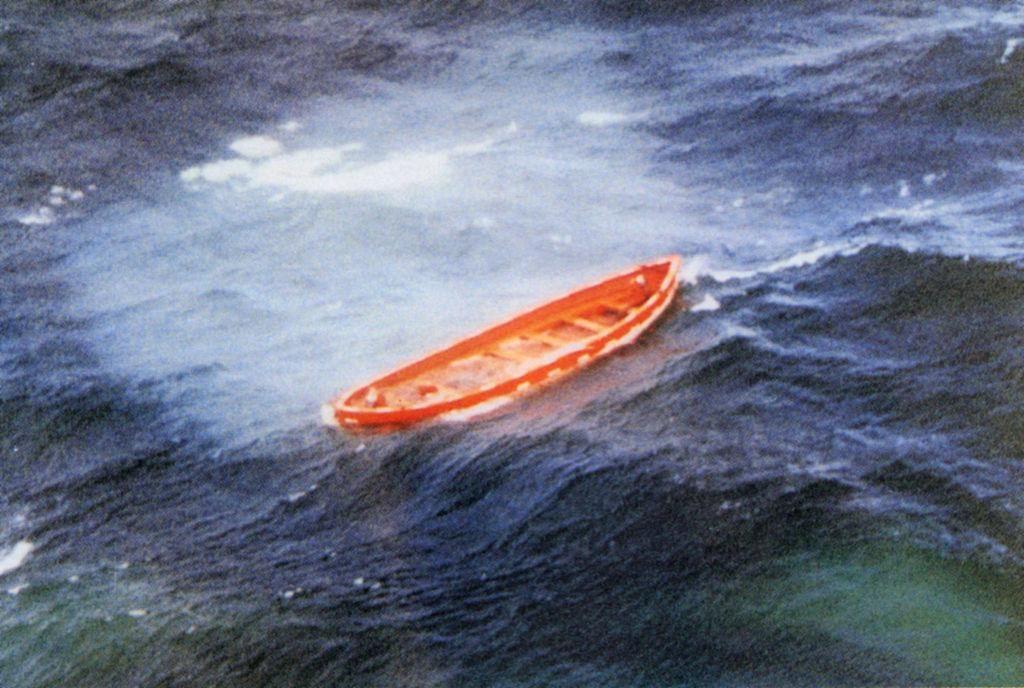 Пустая спасательная шлюпка парома «Эстония» в открытом море / фото Википедия