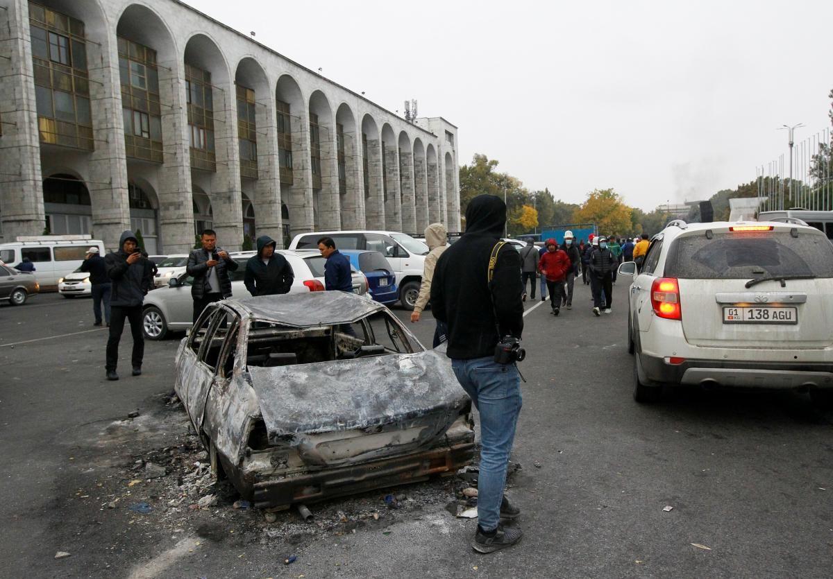 Кыргызстан после выборов охватили протесты / REUTERS