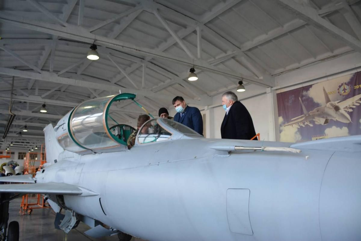 Ukroboronprom's Director General at Odesa's plant / Photo from Ukroboronprom