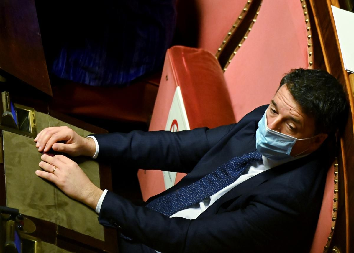Маттео Ренці отримав конверт з гільзами для зброї / фото REUTERS