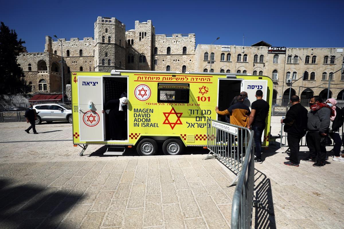 С 20 декабря Израиль проводит массовую вакцинацию населения от коронавируса / фото REUTERS
