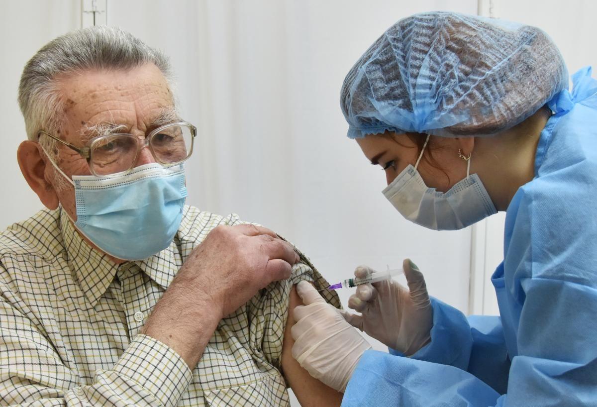 Вакцинированным украинцам будет легче попасть в страну / фото REUTERS