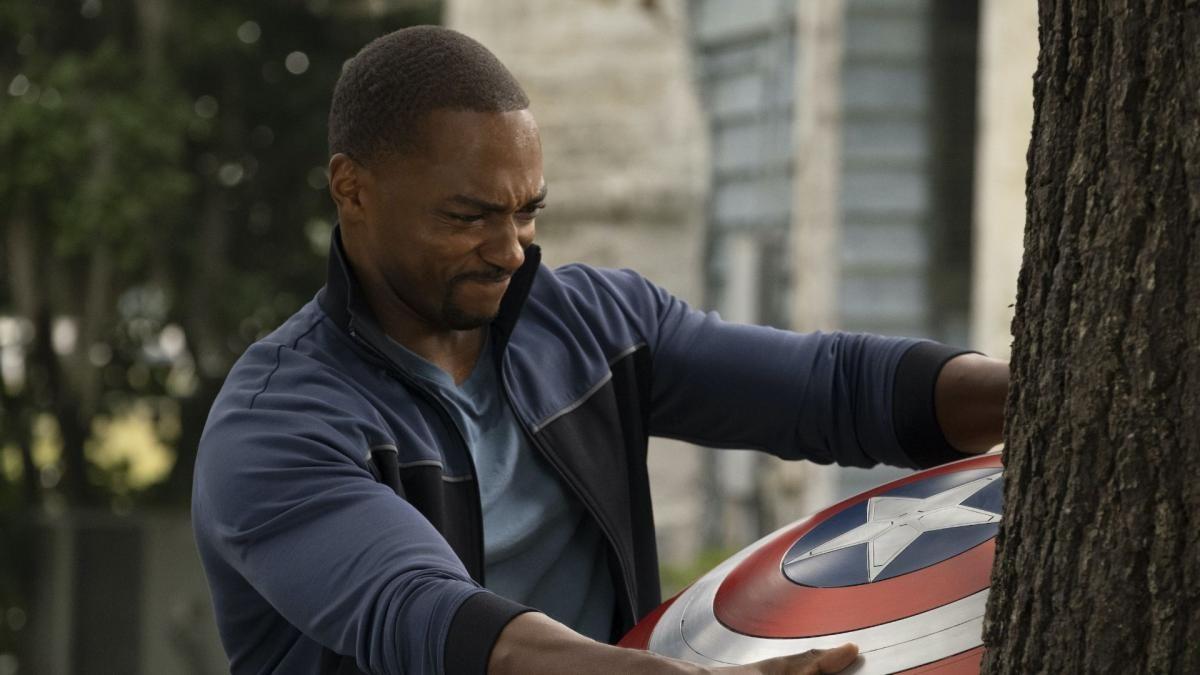 Сем активно освоював володіння щитом Капітана Америка / кадр з серіалу «Сокіл і Зимовий солдат»