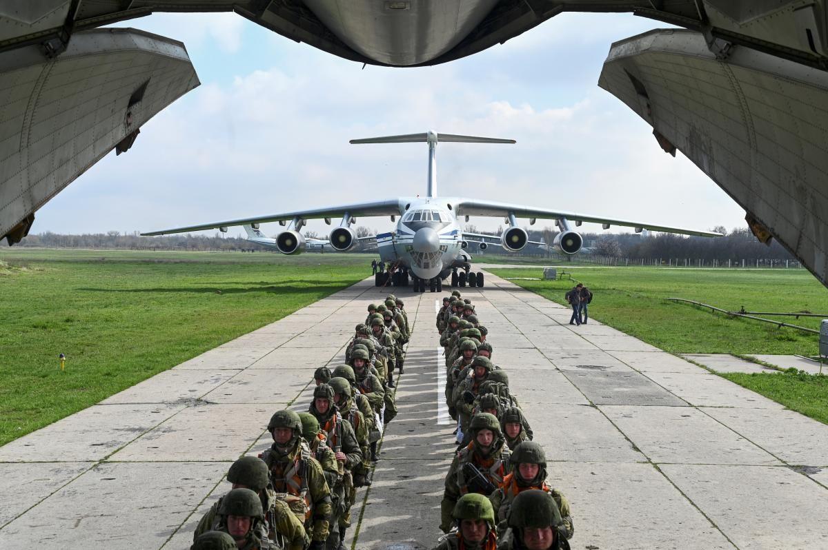 Навесні Росія під приводом так званих «навчань» стягнула до кордонів з Україною тисячі військових / Фото: REUTERS