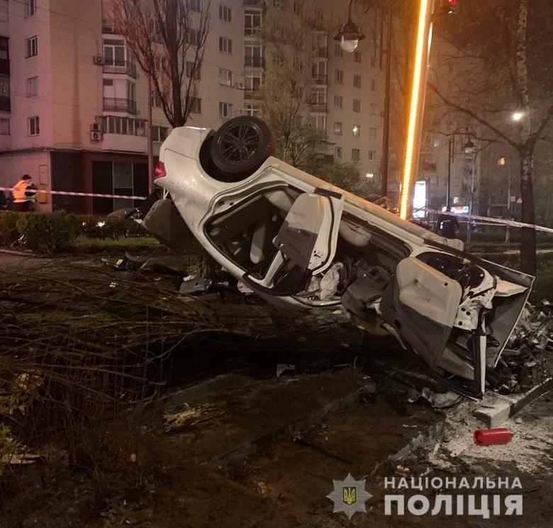 Водитель и еще одна 19-летняя пассажирка получили телесные повреждения / фото Нацполіція