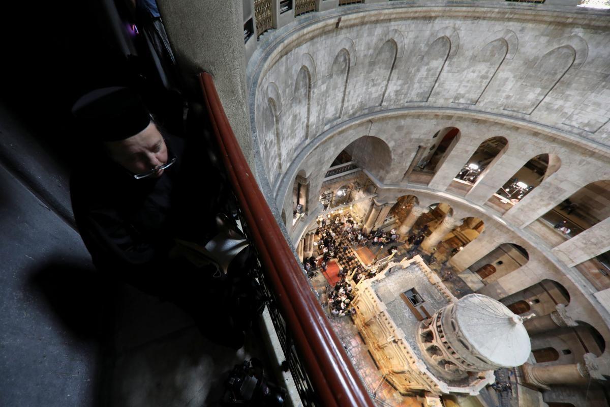 Верующие начинают собираться в Храме Гроба Господня / REUTERS