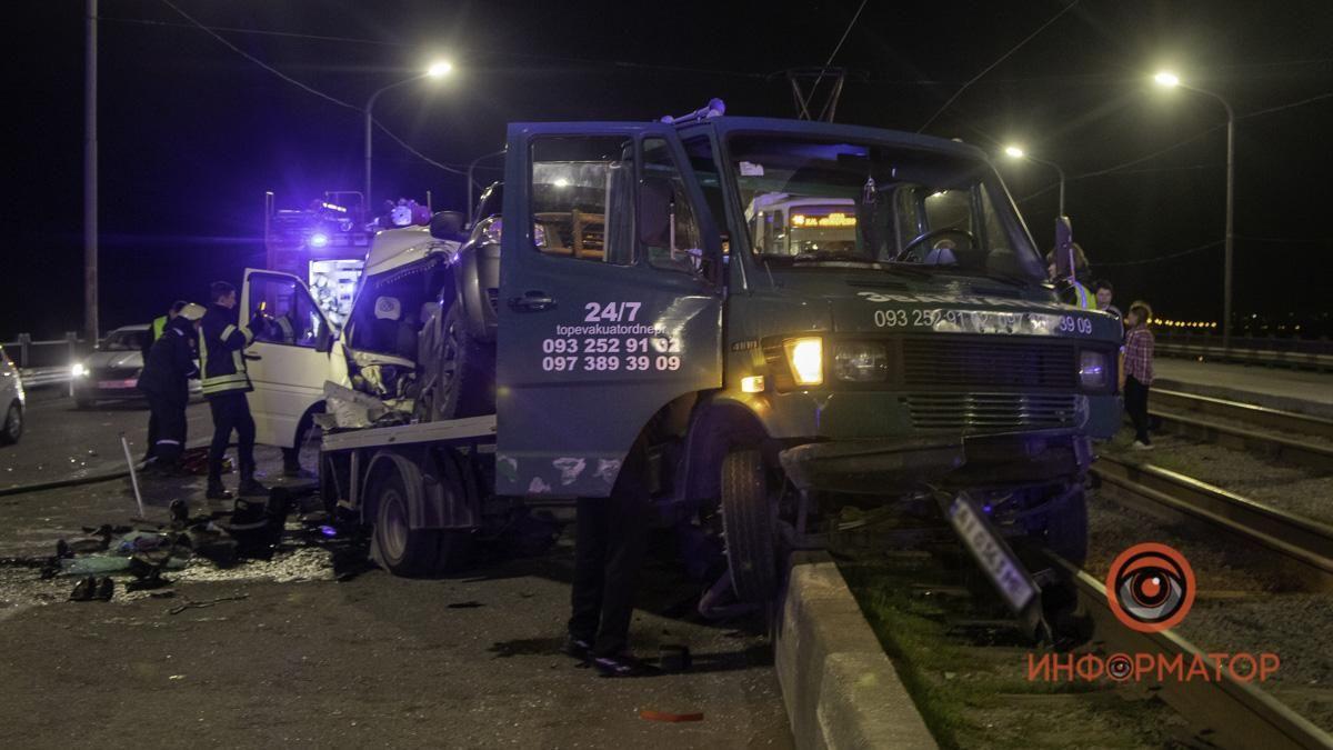 """Очевидцы утверждают, что у водителя маршрутки еще был слабый пульс, однако достали его уже мертвым / фото """"Информатор"""""""