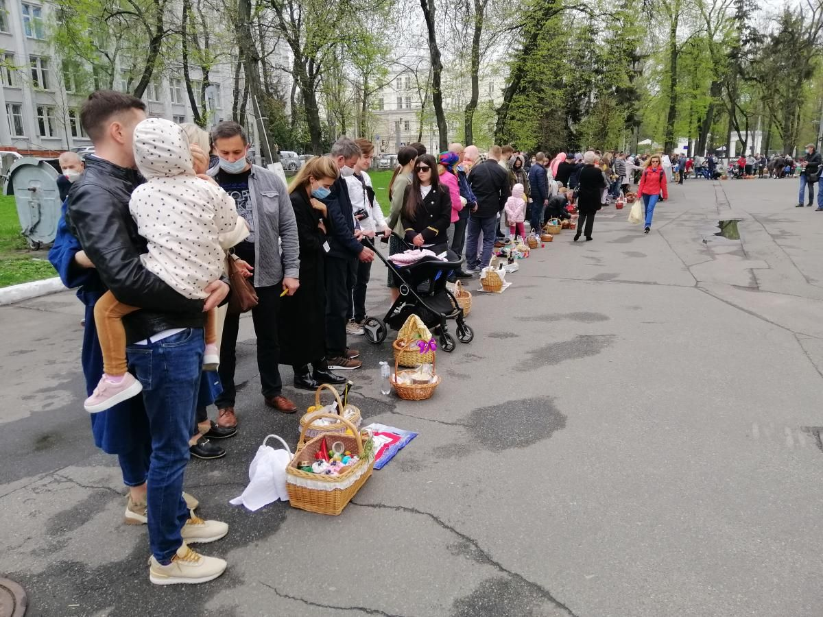 Люди толпились возле храмов, не соблюдая дистанцию / фото УНИАН