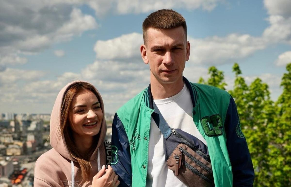 Закохані Олександр та Вікторія відмовились знімати ланцюги / фото instagram.com/wecontacted