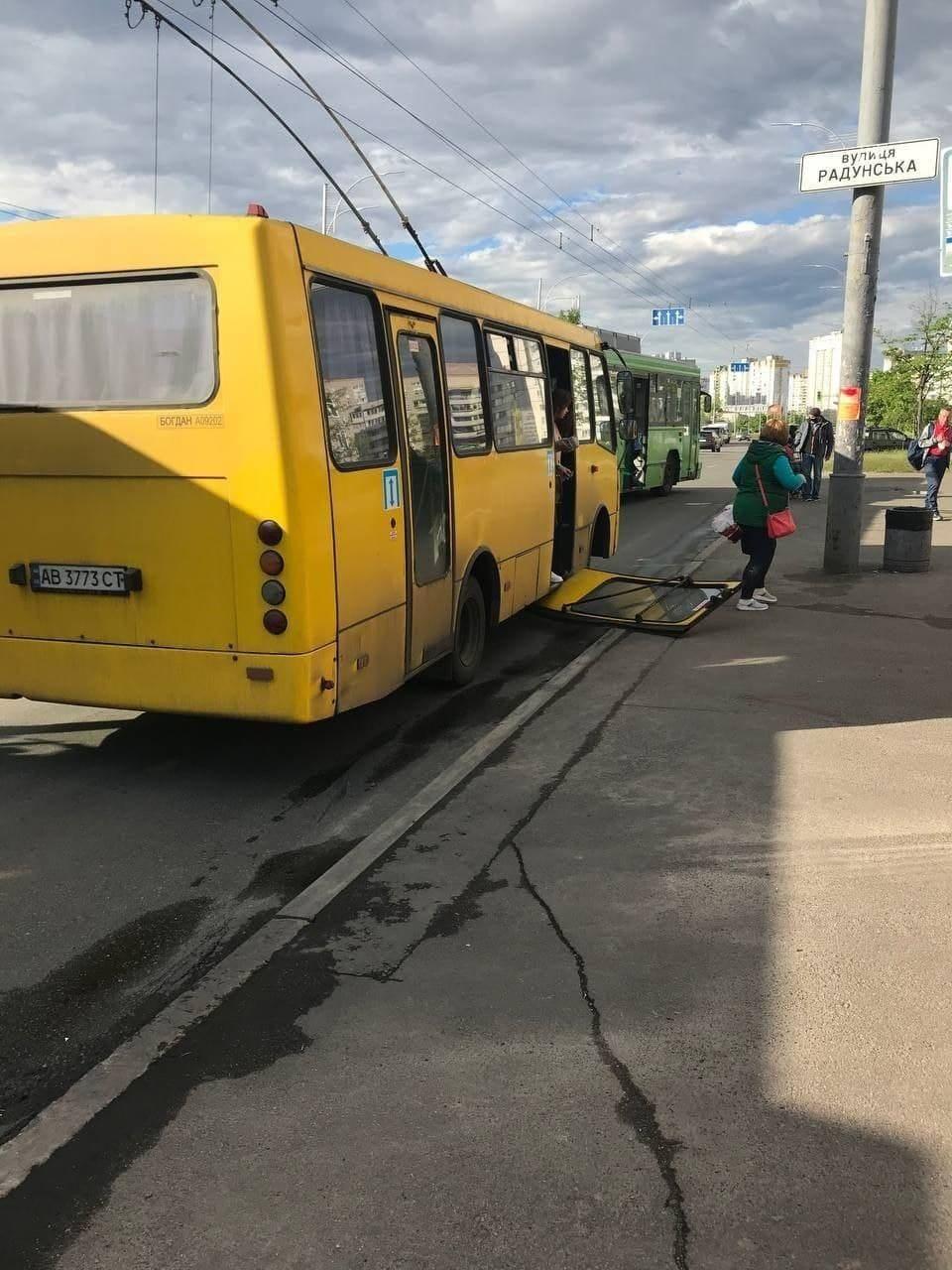 Маршрутка залишилася без дверей / Типовий Київ