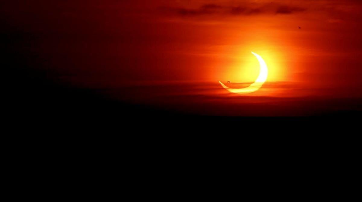 """Затемнення отримало назву """"вогняне кільце"""" / фото REUTERS"""