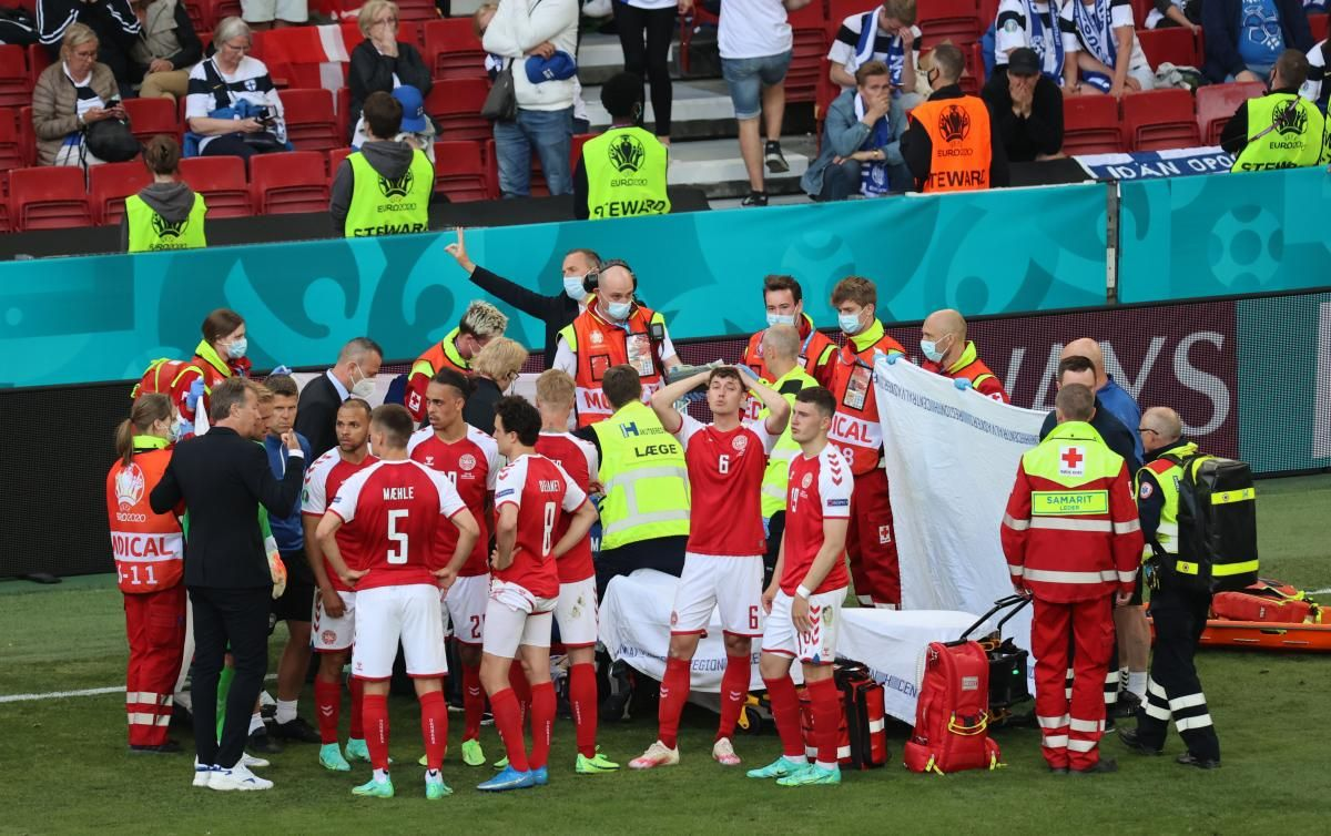 The players of the Danish national team surrounded the football player / REUTERS