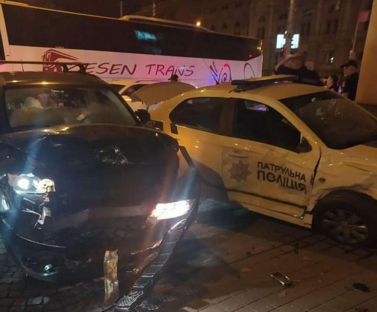 У центрі Львова через Jeep, який не пропустив авто патрульних, сталась ДТП  / фото facebook.com/lvivpolice