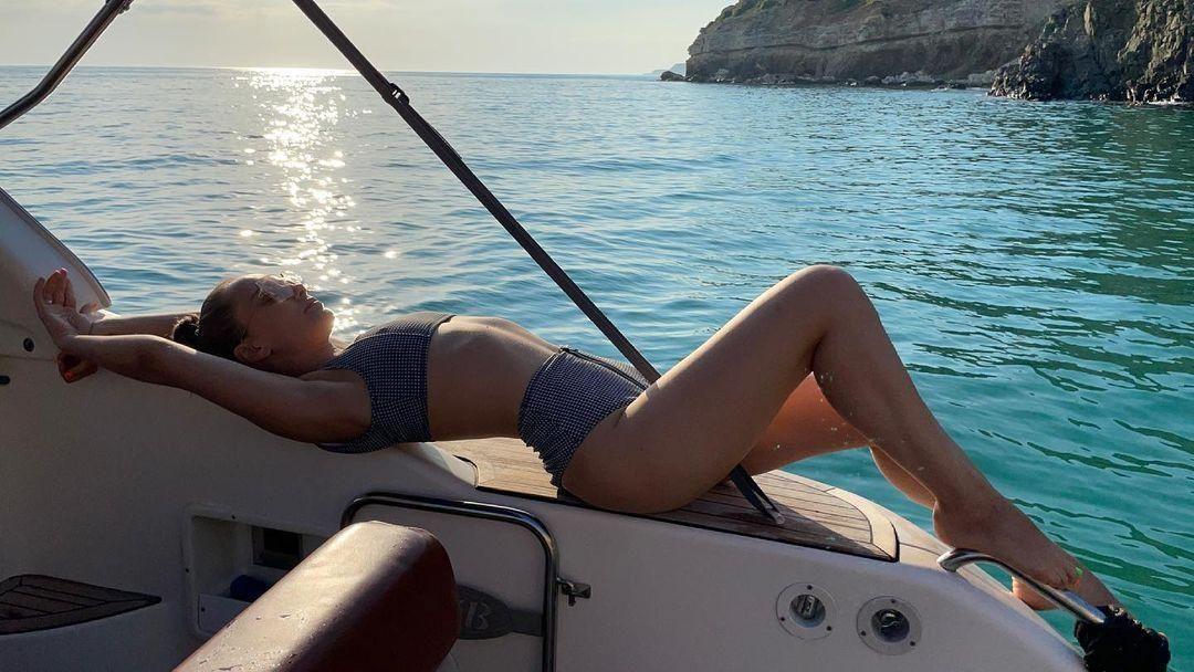 Ксенія Мішина у купальнику еротично вигнулася на яхті / фото instagram.com/misha.k.ua/