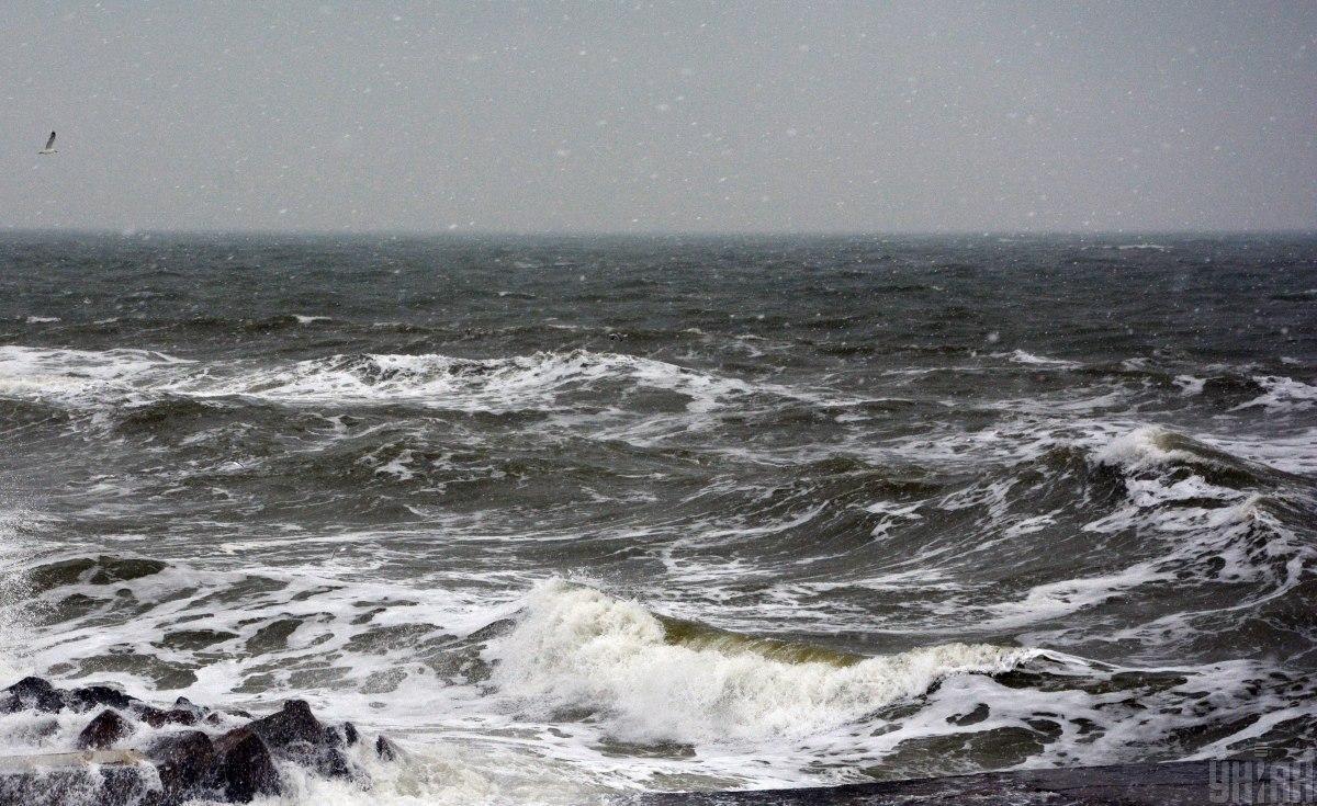 Чоловіка змило потоком води у море \ Фото УНІАН