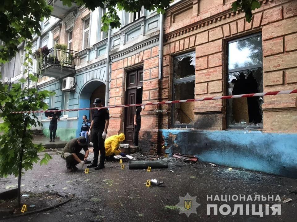 На месте взрыва в Соборном районе Днепра работают следователи и ГСЧС / фото Нацполиция