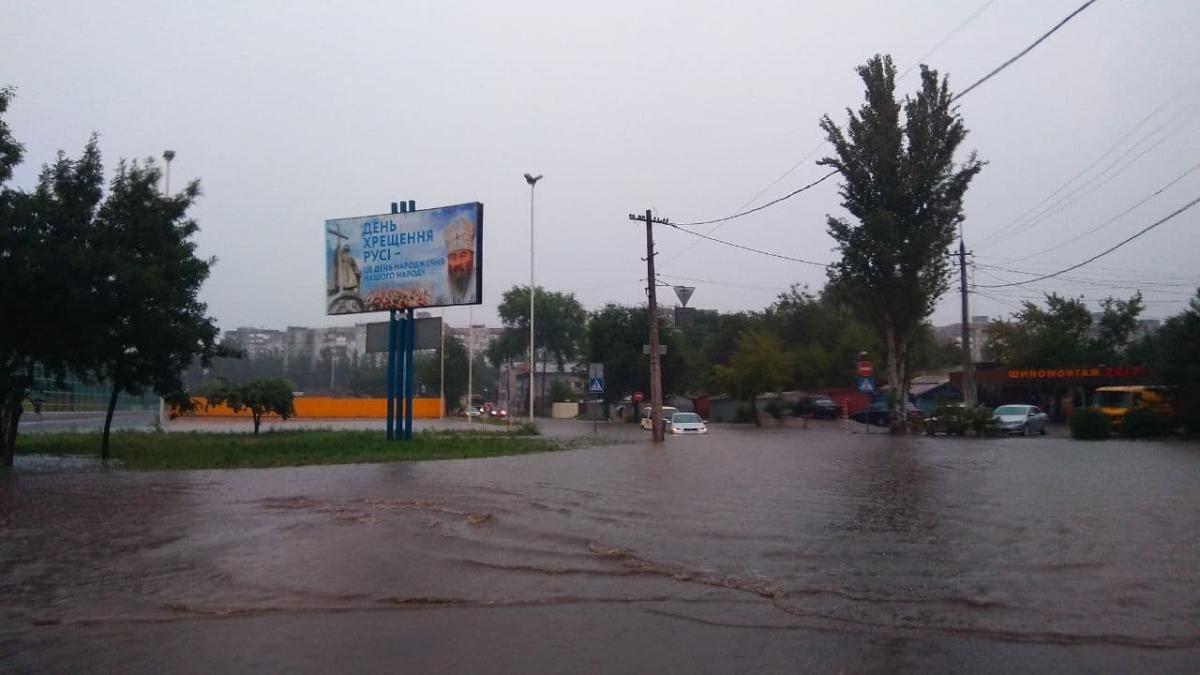 """Злива в Маріуполі перетворила вулиці на річки / Фото Telegram-канал """"Контакт-центр 15-55"""""""