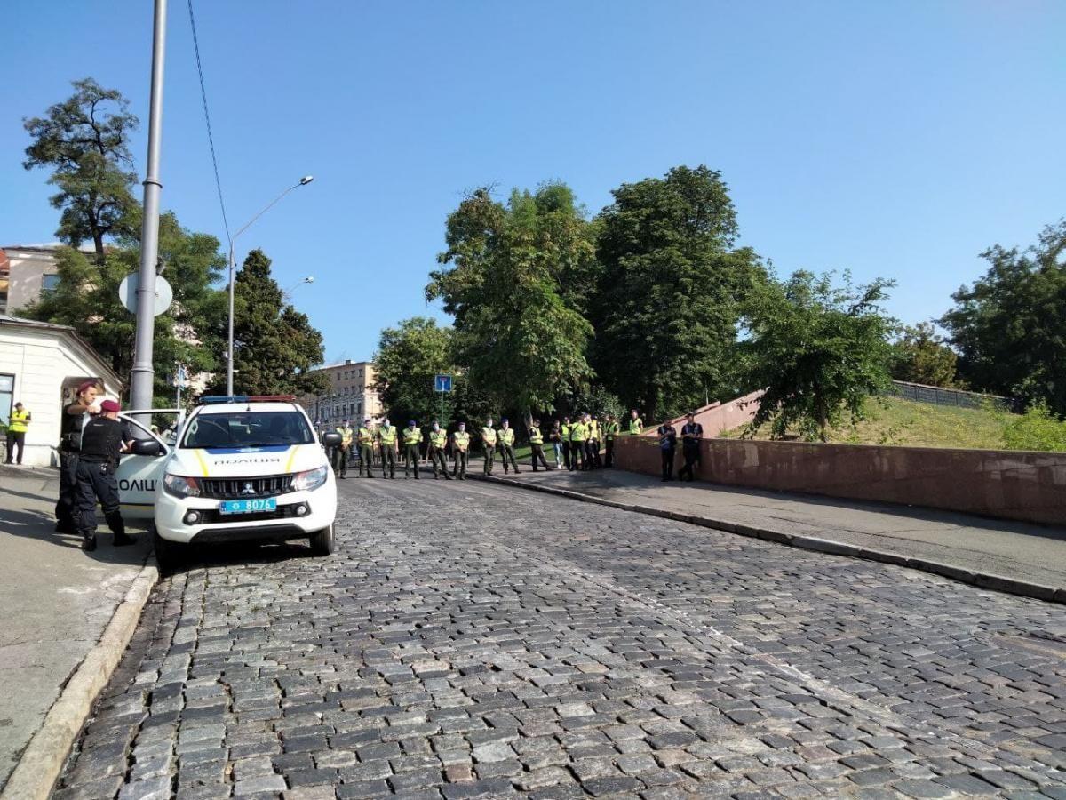 Кордон правоохоронців розмістився на перетині Трьохсвятительської та Костьольної / фото УНІАН