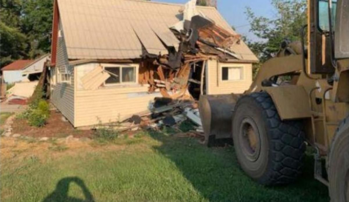 Чоловік протаранив свій будинок навантажувачем / фото Ari Hoffman / Twitter