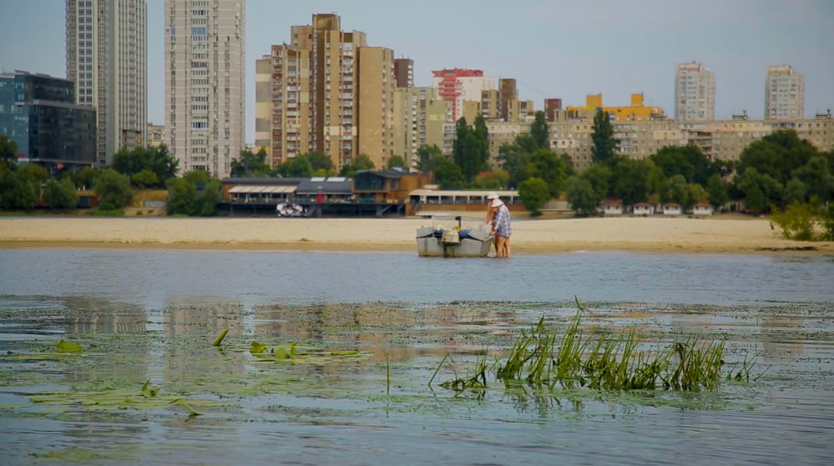 Зарості перетворюють річку на озеро