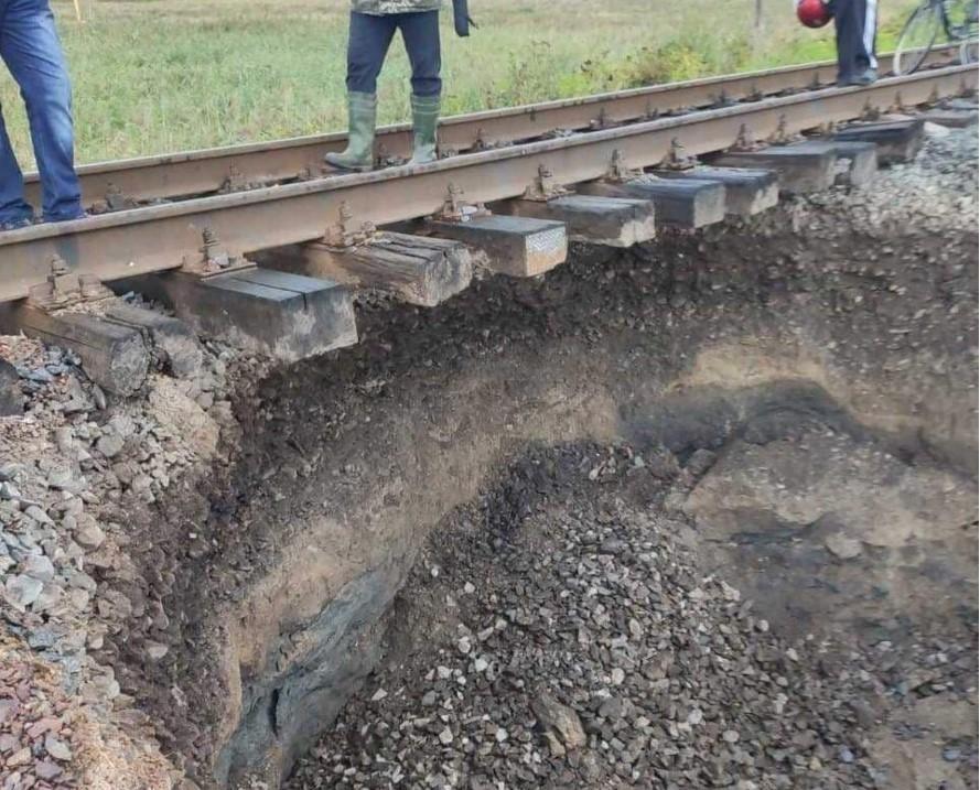 На одному з залізничних перегонів стався зсув грунту / фото прес-служба Укрзалізниці
