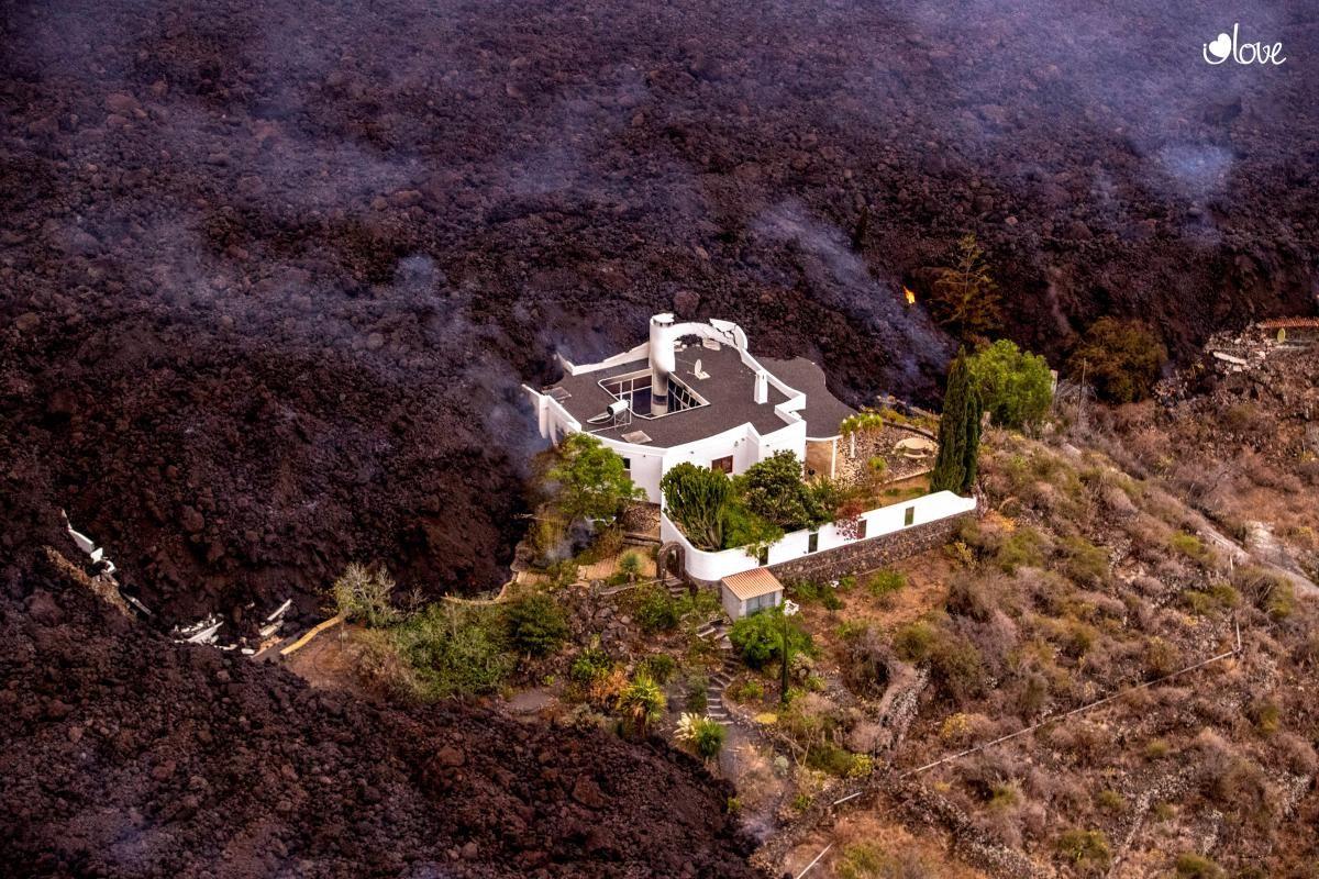 Многие дома на острове Ла Пальма оказались погребенными под слоем остывшей лавы и пепла / REUTERS
