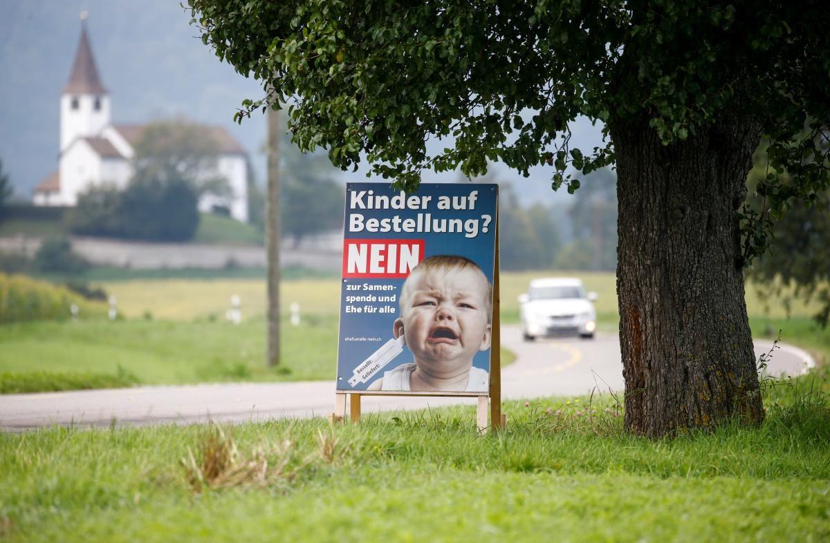 """""""Діти на замовлення? Ні - донорству сперми та шлюбу для всіх"""", - написано на плакаті / фото REUTERS"""