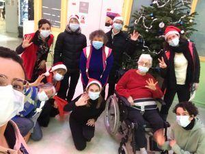 Les chanteurs volontaires de Nouvelle Acropole dans un hôpital (Paris, France)