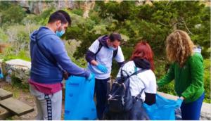 """En el """"Día de la Tierra"""", limpieza de la garganta de los molinos (Rhethymnon, Creta, Grecia)"""
