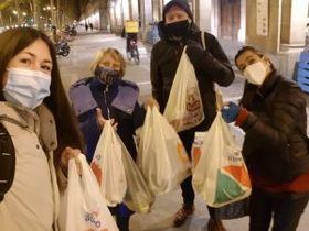 Reparto de comida entre las personas sin hogar de Barcelona