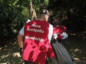 Voluntarios de Nueva Acrópolis participan en la 8.ª edición del Let's Clean Up! en el parque de Collserola