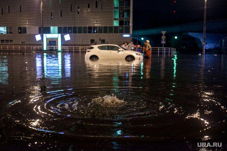 В Екатеринбурге из-за аварии затопило несколько улиц. Жители двух микрорайонов жалуются на отключение воды