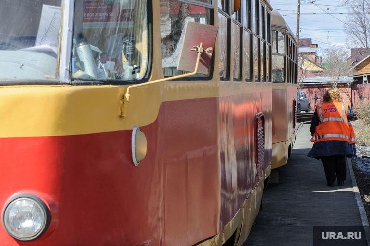 В Перми пассажиры толкали заглохший трамвай