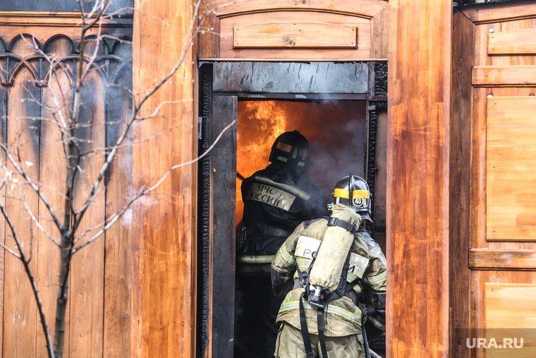 В Екатеринбурге горит школа