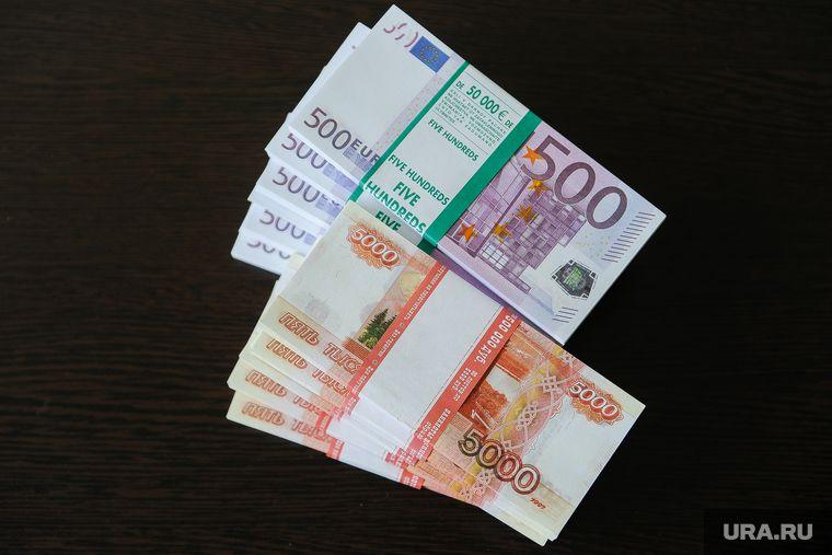 Таджикские мигранты в России остались без возможности перевести деньги на родину