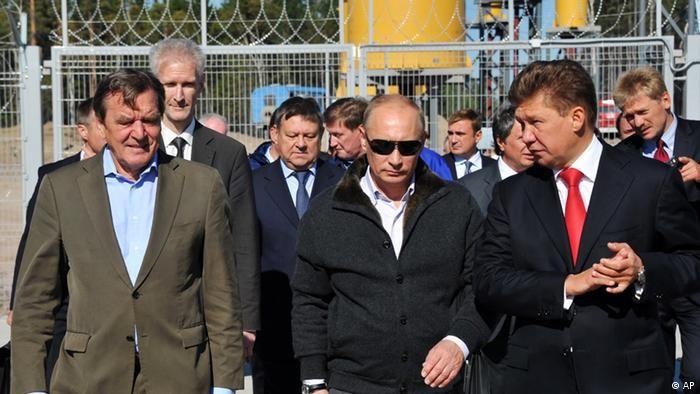 Ґергард Шредер (ліворуч) разом з Володимиром Путіним (по центру) і Олексієм Міллером на компресорній станції Портова 6 вересня 2011 року