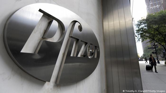 Емблема корпорації Pfizer у її штаб-квартирі в Нью-Йорку