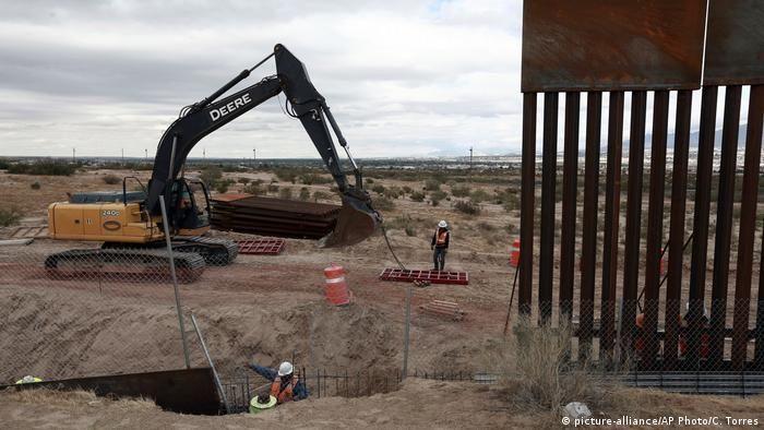 Екскаватор на кордоні США з Мексикою