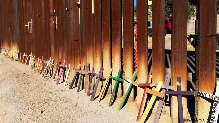Хрести на кордоні США та Мексики. (Фото: Reuters/D.A. Garcia )