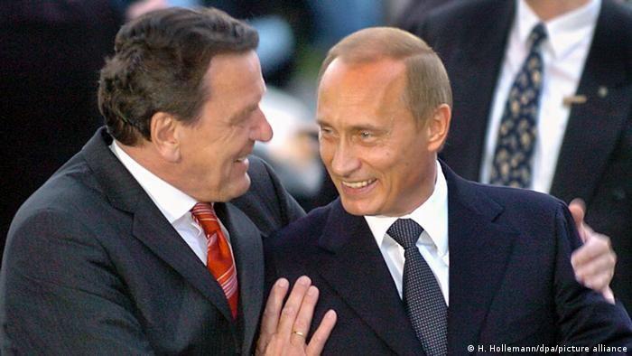 Ґергард Шредер обіймає Володимира Путіна