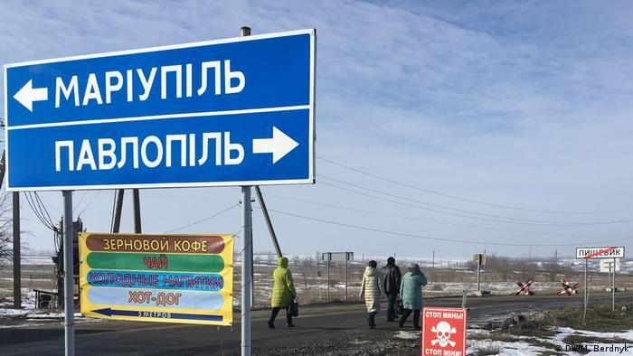 Мінні поля Донбасу Небезпеки біля КПВВ вистачає і без прильотів. Поля навколо і городи місцевих рясно всіяні мінами і ВЗВ - вибухонебезпечними залишками війни, як фахівці називають снаряди і гранати, що не розірвались. За даними міжнародної організації HALO Trust, яка займається гуманітарним розмінуванням, від початку війни на Донбасі на мінах і ВЗВ підірвались щонайменше 922 цивільних. 286 з них загинули.