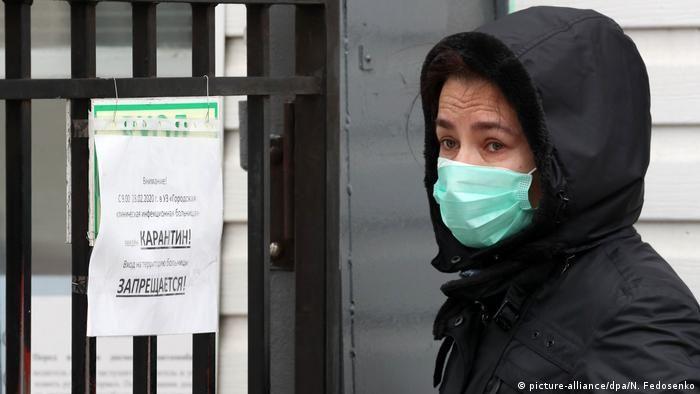 Жінка у захисній масці в Мінську, кінець лютого 2020 року