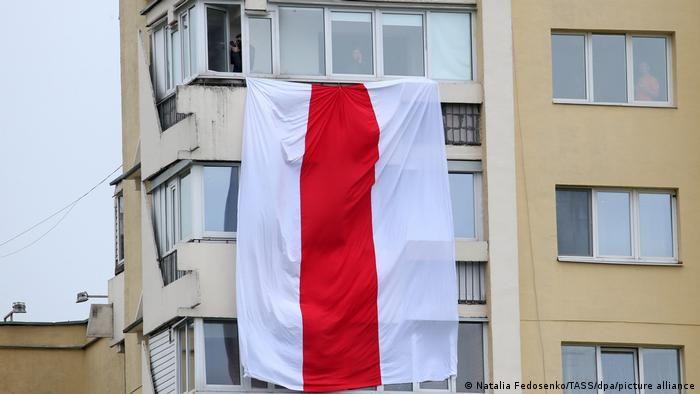 Вивішений з вікна біло-червоно-білий прапор