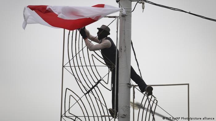 Біло-червоно-білий прапор на електричному стовпі в Мінську